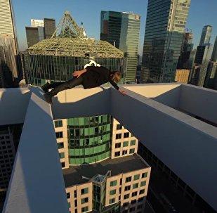 Um russo loucamente destemido faz acrobacias por cima de Toronto