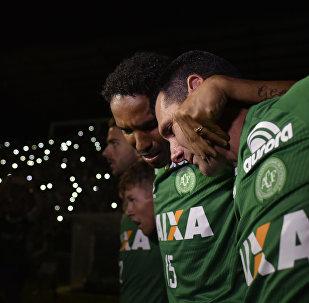 Jogadores da Chapecoense participam, em 30 de novembro de 2016, de um ato em homenagem aos seus companheiros mortos em acidente aéreo na Colômbia