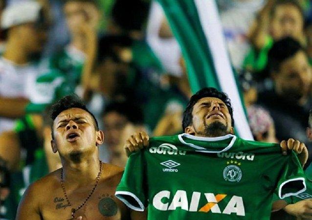 Torcedores da Chapecoense choram a morte de membros da sua equipe em ato de homenagem na Arena Conda de Chapecó em 30 de novembro de 2016