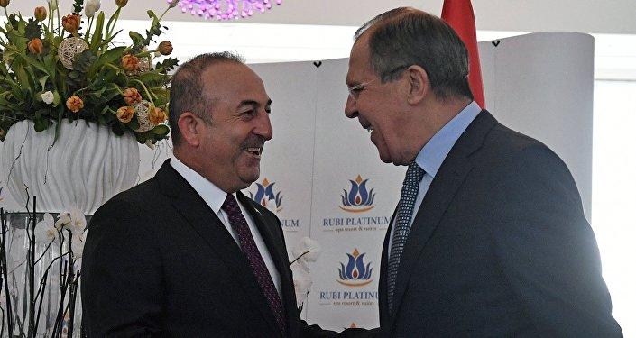 Ministros das Relações Exteriores da Rússia e da Turquia, Sergei Lavrov (direita) e Mevlut Cavusoglu, se reuniram em Alanya, Turquia, 01.12.2016