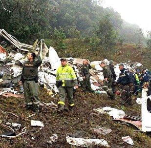 Investigações do acidente com o avião que levava o time da Chapecoense apontam falta de combustível