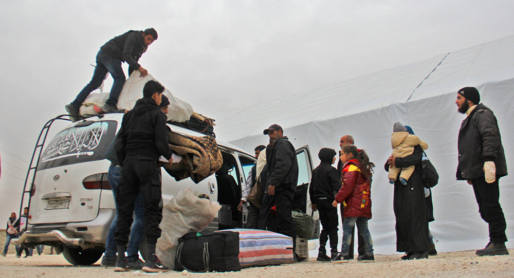Militantes sírios com famílias chegam para Idlib depois de terem largado armas em Khan al-Shih, Síria, 29 de novembro de 2016