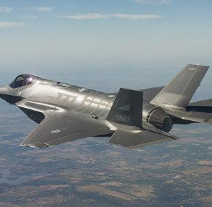 Caça norte-americano F-35 cumprindo missão