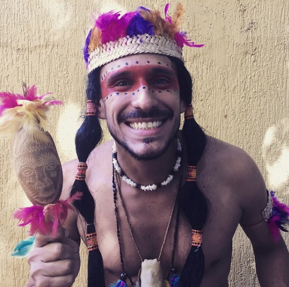 Para falar das questões indígenas, o professor se vestiu de índio.