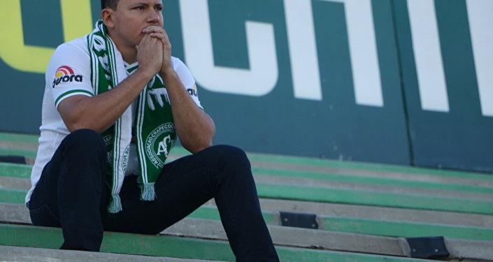 Torcedor, na Arena Condá, presta homenagem aos mortos no acidente com o avião que levava a equipe da Chapecoense