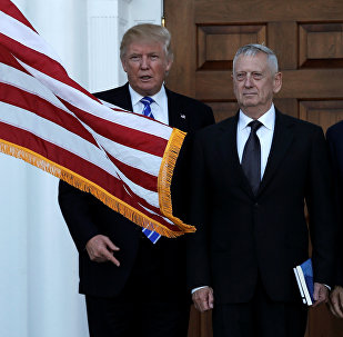 Presidente-eleito Donald Trump e general aposentado da Marinha James Mattis durante o encontro em 19 de novembro de 2016