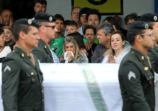 Passagem de caixões com os corpos das vítimas no aeroporto de Chapecó