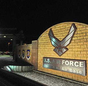 Logotipo na entrada da base militar aérea dos EUA na Alemanha Ramstein (Foto de arquivo)