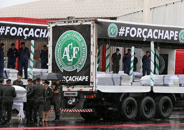 Cortejo das carretas com os corpos prestes a partir à Arena Condá