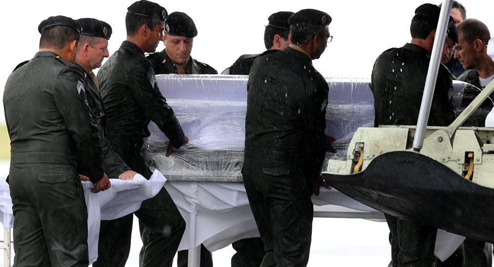 4bfd0df89 A retirada dos caixões com corpos das vítimas do acidente aéreo no  aeroporto de Chapecó