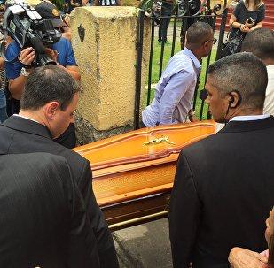 Corpos dos jornalistas da TV Globo chegam à sede do Botafogo para velório