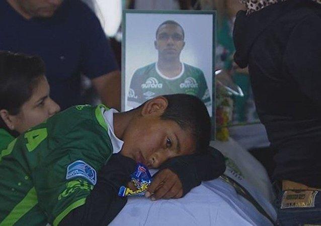 Menino chora na Arena Condá