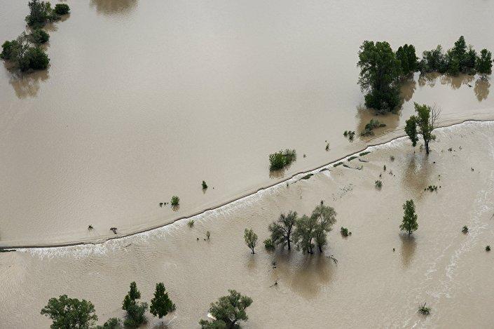 Inundação de 2014 no Altai: rio Katun inundou uma rodovia no distrito Maiminsky