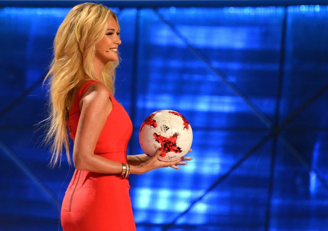 Modelo e apresentadora Viktoria Lopyreva na cerimônia do sorteio oficial da Copa das Confederações 2017