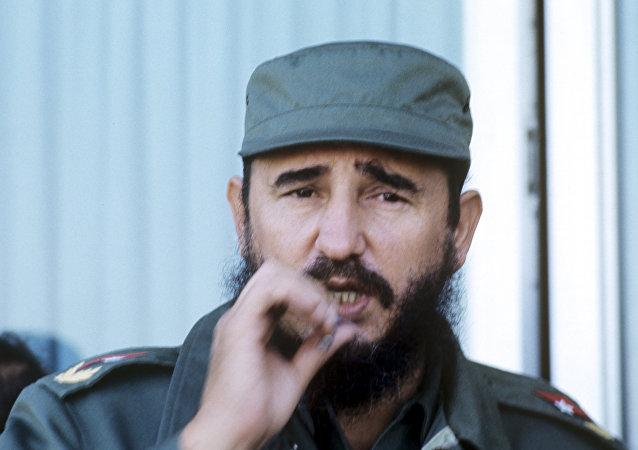 Fidel Castro é flagrado fumando no final da visita de Leonid Brezhnev a Cuba (foto de arquivo)