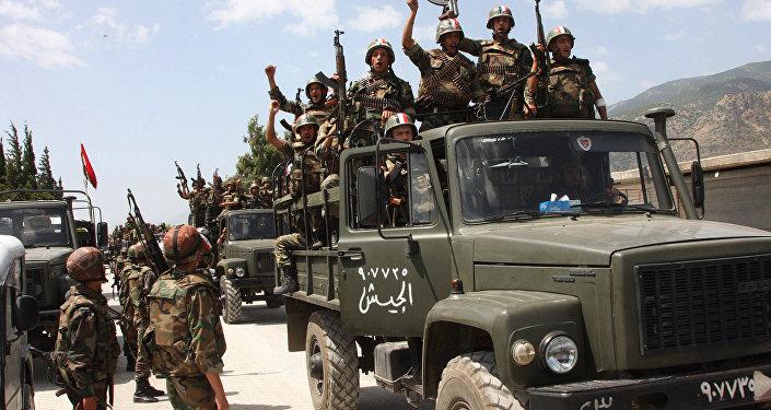Soldados do exército sírio em seus caminhões militares gritando lemas em apoio ao presidente sírio Bashar Assad, entrando em uma aldeia perto da cidade de Jisr al-Shughour, ao norte de Damasco, Síria (Arquivo)