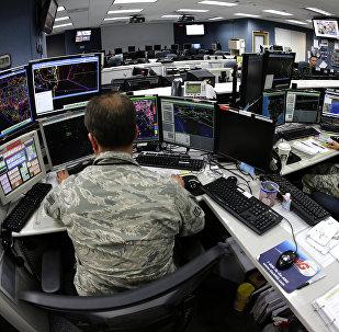 Os soldados da Guarda Nacional dos EUA trabalhando nos computadores