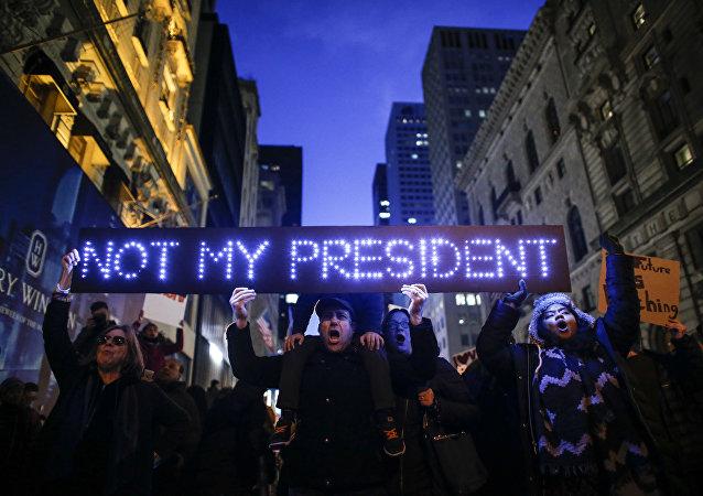 Demonstrantes protestam contra a eleiçao de Donald Trump como novo presidente dos EUA perante a Torre de Trump em Nova York, EUA, 12 de novembro de 2016