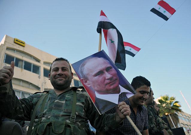 Tropas do Exército Árabe Sírio tomam parte da manifestação de apoio à operação da Força Aeroespacial russa na Síria