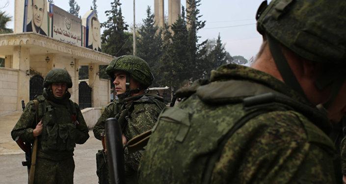 Soldados russos ao lado de comboio humanitário em Aleppo, na Síria, em 4 de dezembro de 2016