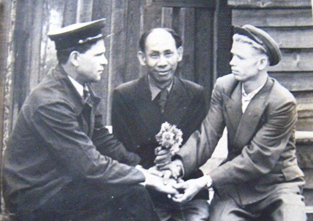 Li Fu Shan, um dos participantes vietnamitas da Grande Guerra Patriótica, junto aos seus companheiros
