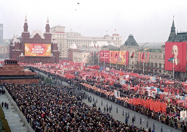 Desfile em honra da Revolução Outubro, em 7 de novembro, na Praça Vermelha