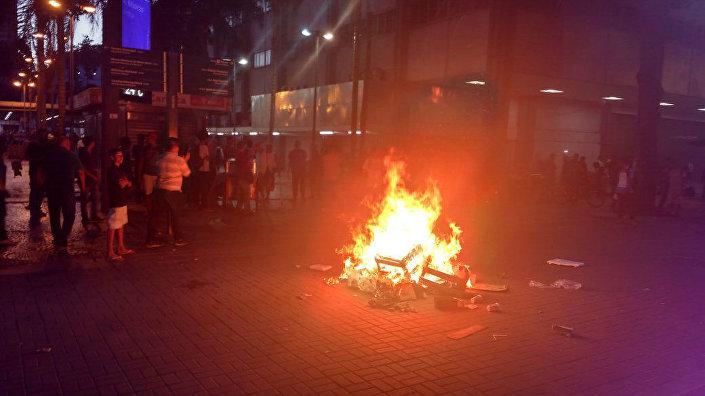 Manifestantes no centro do Rio atearam fogo em sacos de lixo