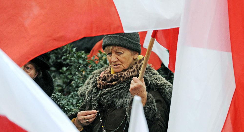 Polonesa segura uma bandeira do país.