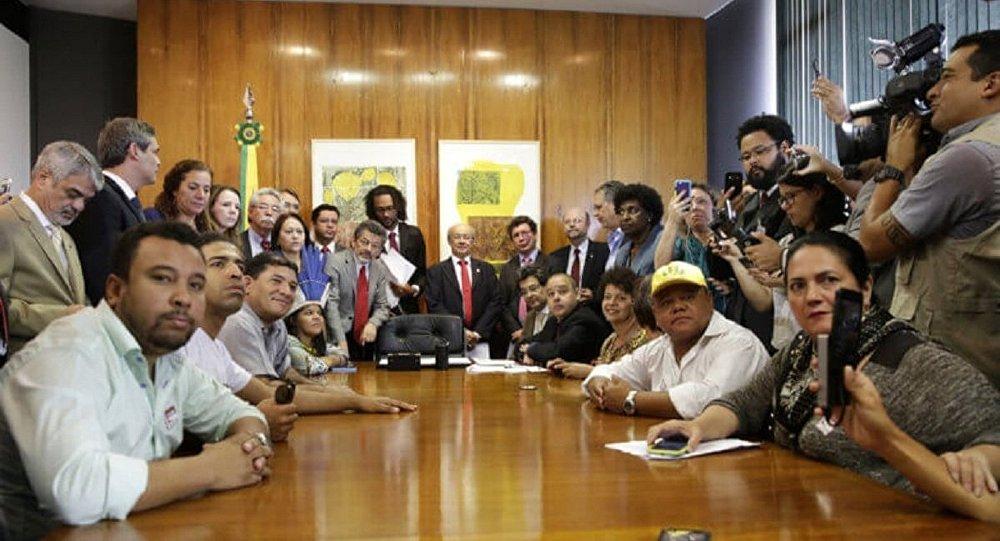 Grupo de parlamentares e organizações sociais no gabinete de Rodrigo Maia