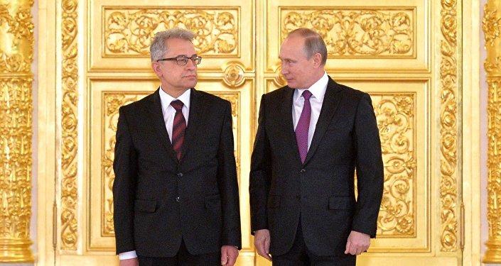 Presidente russo Vladimir Putin ao lado do embaixadorda Polônia na Rússia, Wlodzimierz Aleksander Marciniak, à esquerda