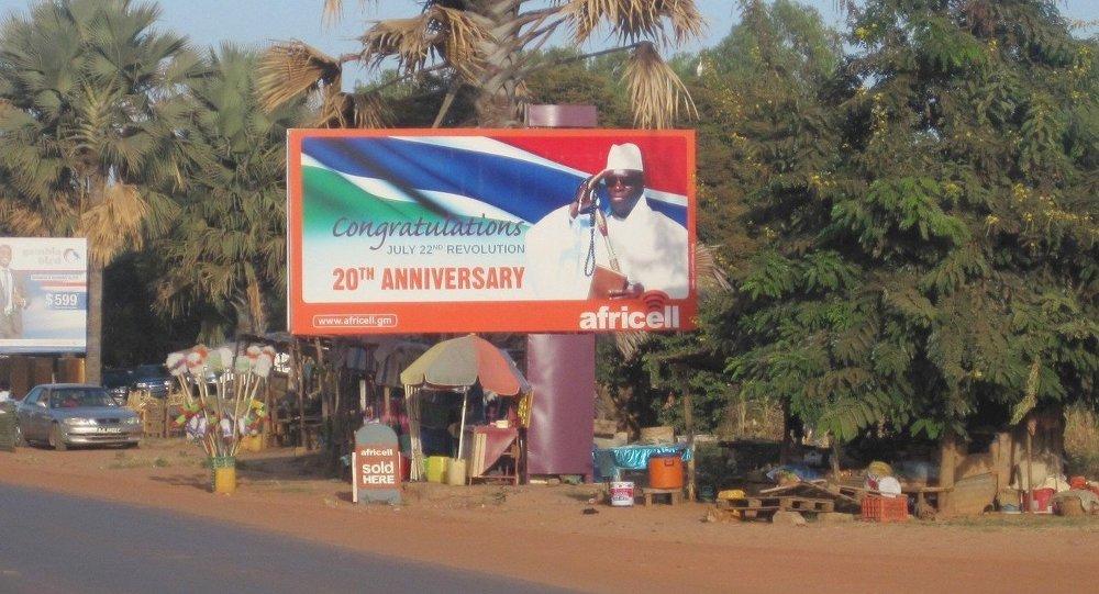 Outdoor com a imagem do atual presidente de Gâmbia, Yahya Jammeh, em Banjul
