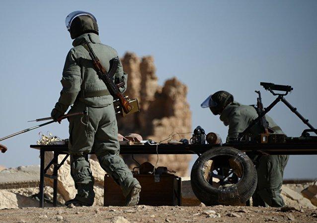 Instrutores russos ensinam soldados sírios a trabalhar com busca de explosivos (foto de arquivo)