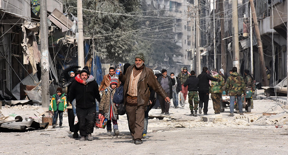 Moradores fogem do bairro de al-Salihin, na zona leste de Aleppo, em 12 de dezembro de 2016