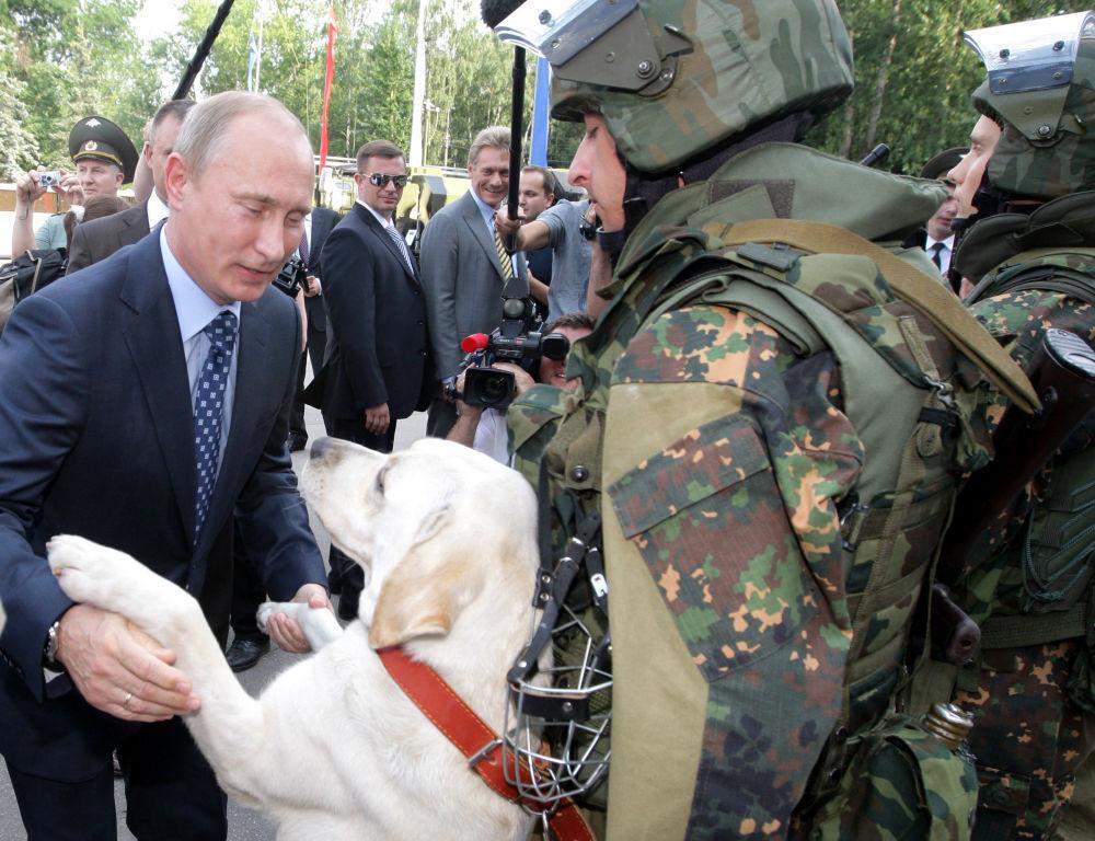 Vladimir Putin, enquanto primeiro-ministro russo, durante a visita a uma divisão especial das tropas do Ministério do Interior russo na cidade Balashikha (arredores de Moscou)