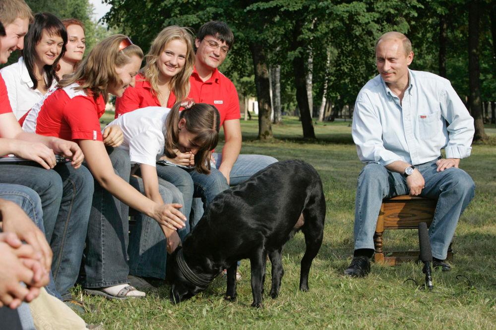 O presidente Putin durante um encontro com representantes de movimentos juvenis com a sua cachorra Koni