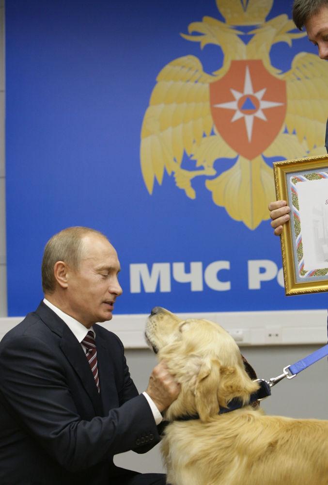 O chefe do governo russo Vladimir Putin no Centro nacional de gestão de crises do Ministério das Situações de Emergência da Rússia