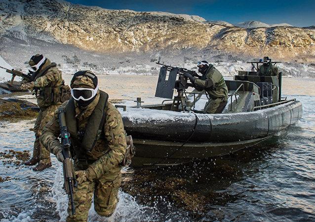 Efetivos dos Reais Fuzileiros Navais e da Marinha Real do esquadrão de assalto 539 executam um desembarque em praia a partir de uma lancha de assalto em Harstad, Noruega