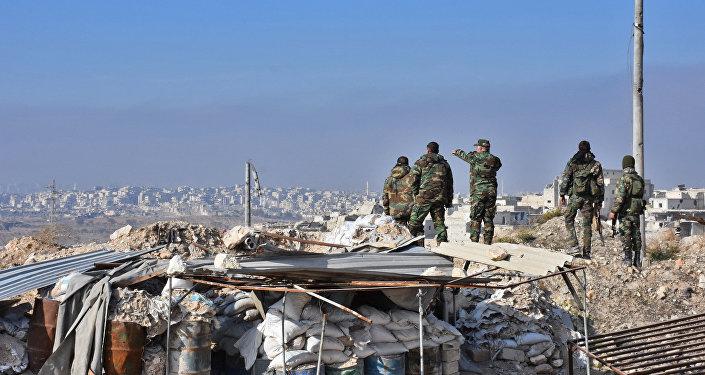 Tropas do governo sírio patrulham o distrito Sheikh Saeed, em Aleppo, após retomar o controle da área de combatentes rebeldes, 12 de dezembro de 2016