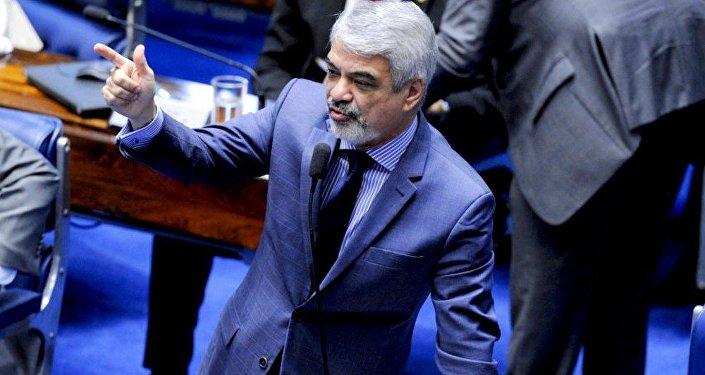 Senador Humberto Costa, líder do PT na Casa, criticando a PEC 55 durante a sessão de votação nesta terça (13)