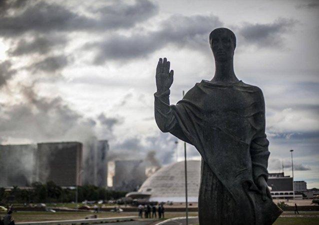 Aprovação da PEC 55 gera cenário de guerra em brasília