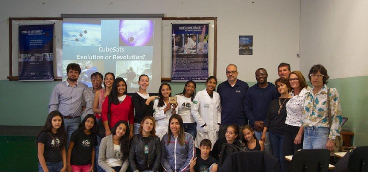 Alunos e professores envolvidos no projeto do satélite Tancredo 1