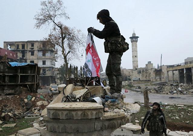 Soldados sírios colocam bandeira nacional em um local em uma zona de Aleppo libertada, em 13 de dezembro de 2016