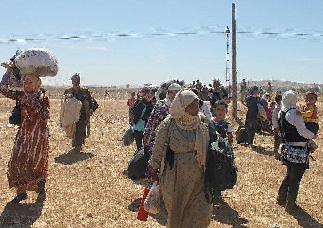 Civis deixam a cidade de Raqqa através do corredor aberto pelas Forças Democráticas da Síria (arquivo)
