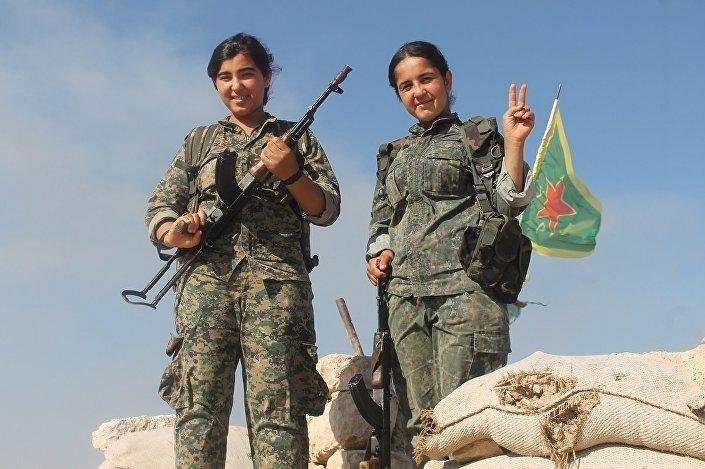 Duas militantes das forças femininas YPJ