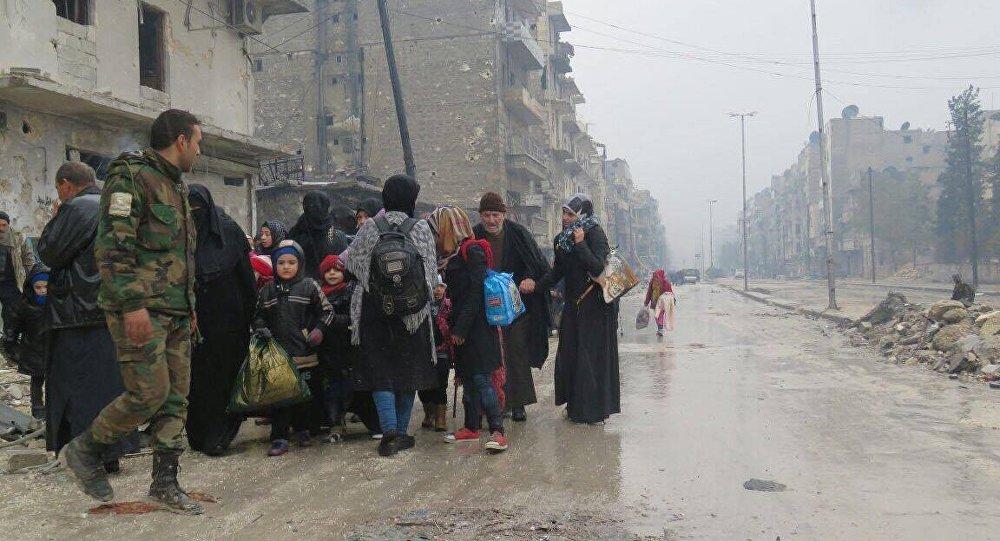 Soldados acolhem pessoas nas áreas libertadas de Aleppo