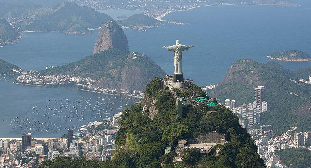 Vista aérea do Rio de Janeiro com o Cristo Redentor e o Pão de Açúcar