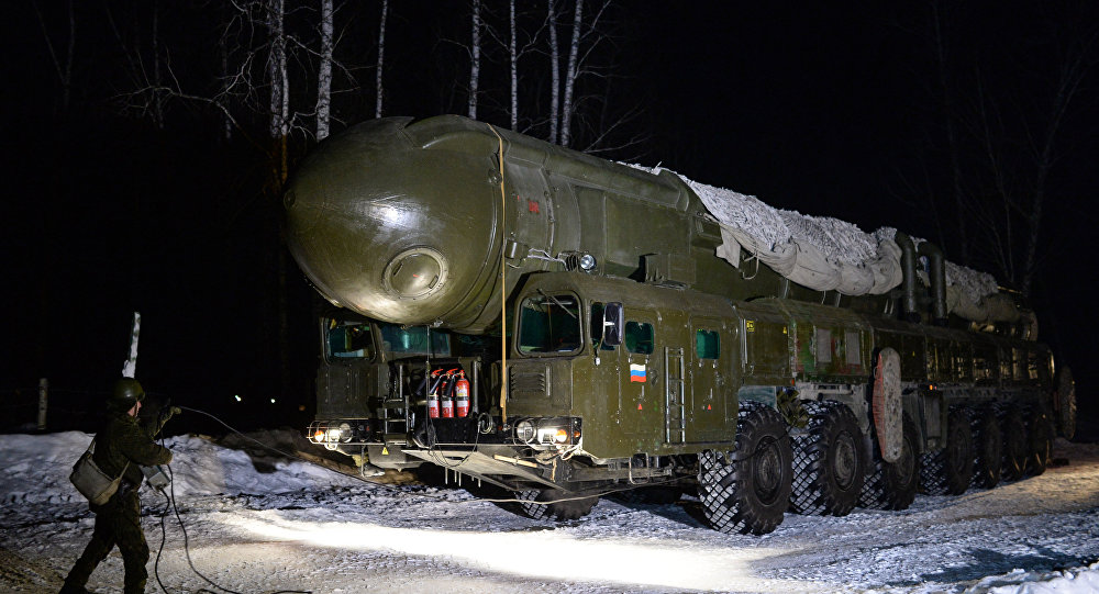 Míssil balístico intercontinental (ICBM) Topol da unidade de mísseis de Novossibirsk durante treinamentos