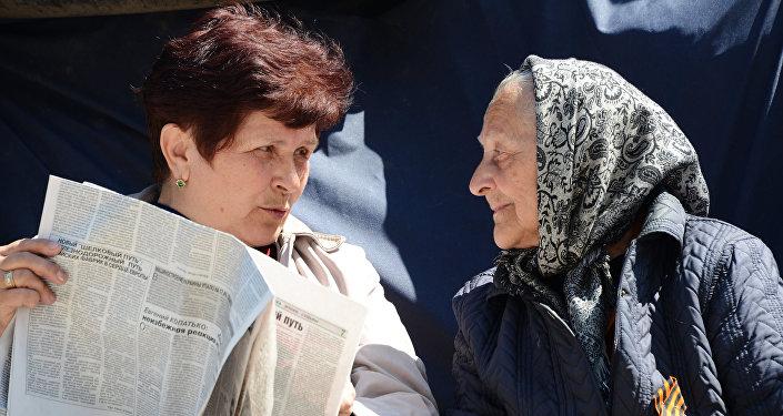 Mulheres ucranianas discutam as últimas notícias