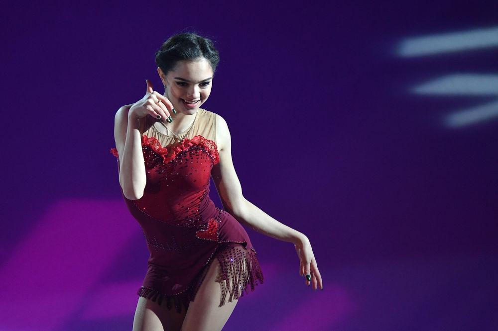 Yevgenia Medvedeva, patinadora artística russa, durante a apresentação em Marselha