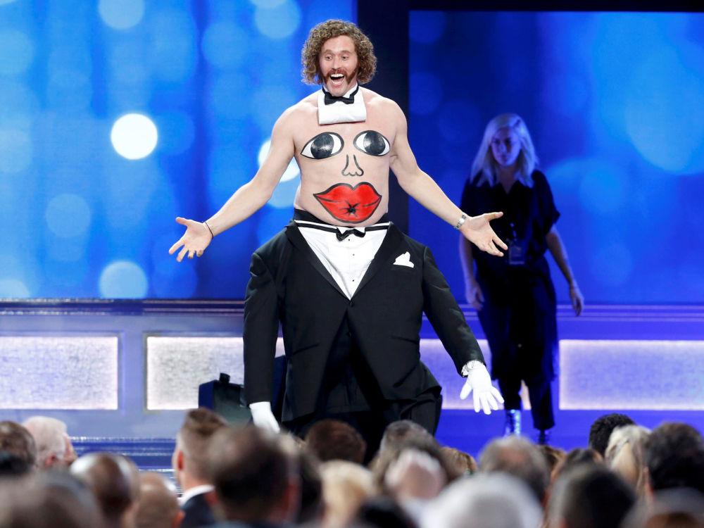 Apresentador TJ Miller na cerimônia de Critics' Choice Awards na Califórnia
